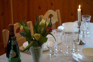 I bystugan finns porslin och glas för 60 gäster